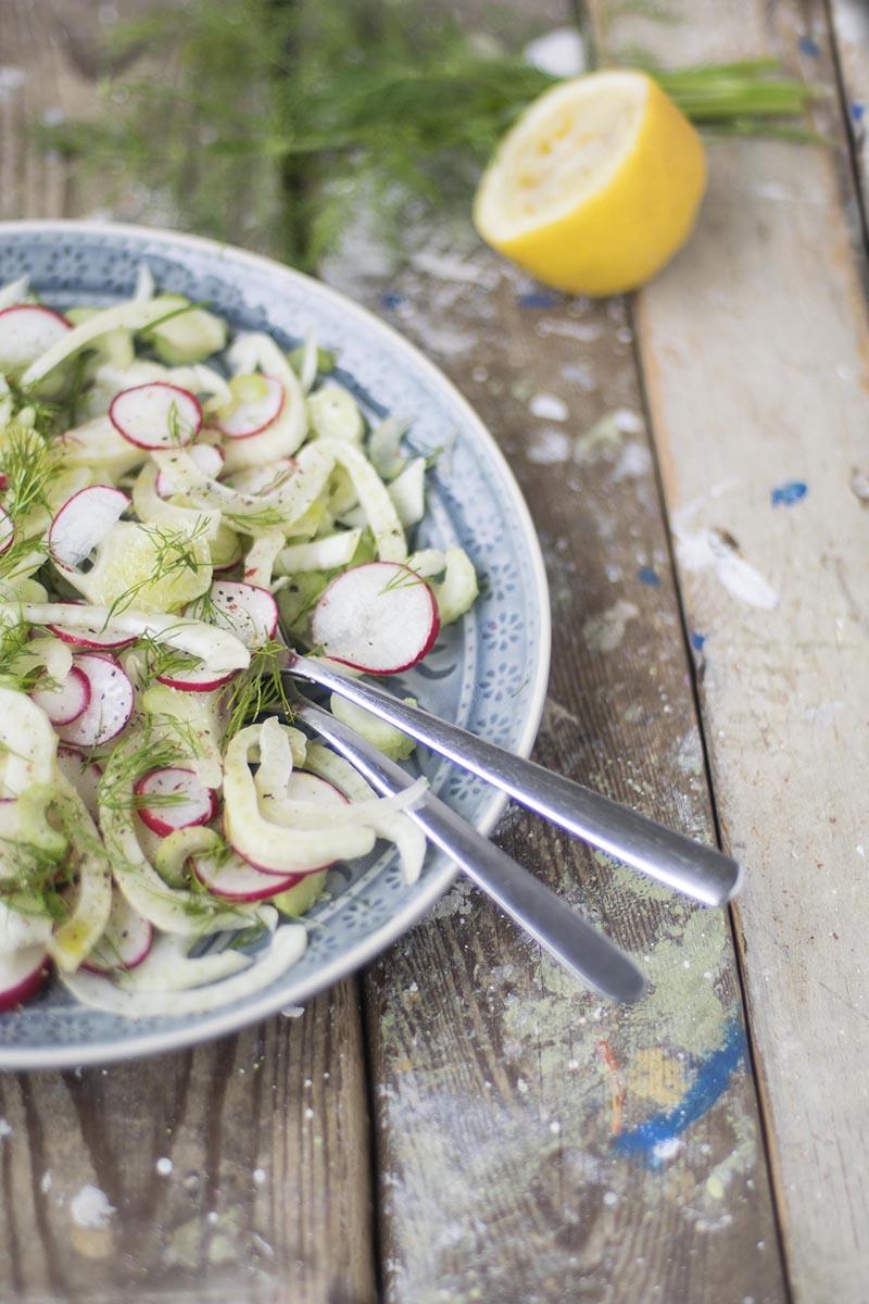 Sommerlicher Salat mit Radieschen und Fenchel vegan und glutenfrei